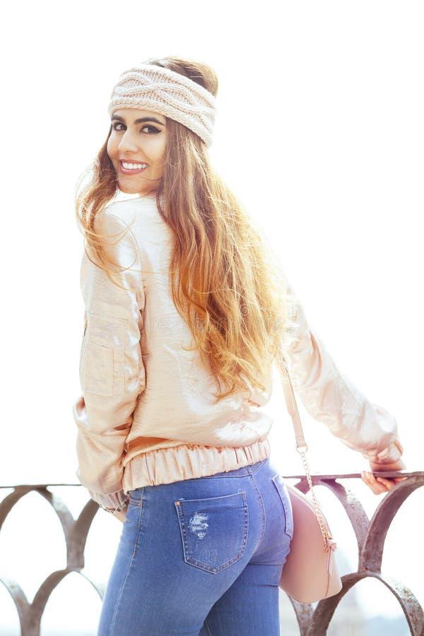 Belle jeune femme de sourire Habillement du ` s de femmes Dehors dans la ville images libres de droits