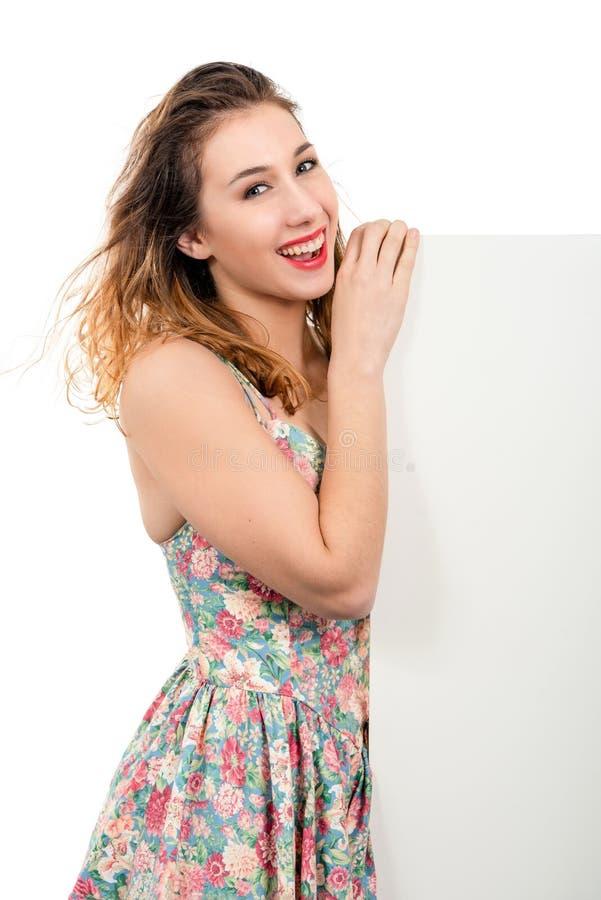 Belle jeune femme de sourire heureuse montrant l'enseigne vide ou le c photos libres de droits