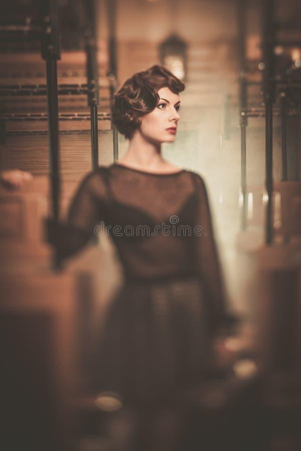 Belle jeune femme de style de vintage photo libre de droits