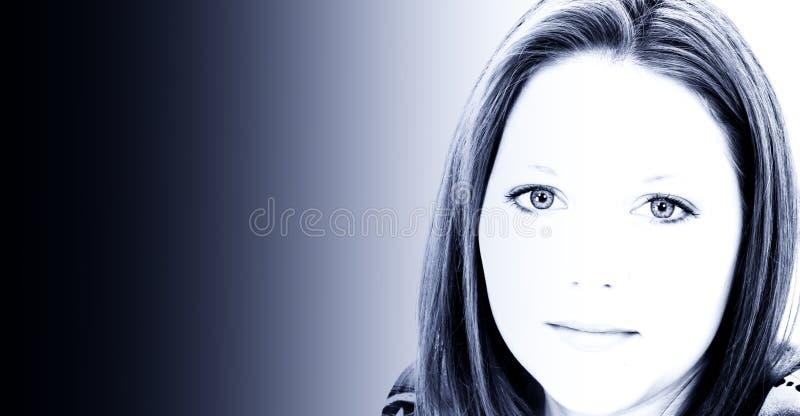 Belle jeune femme de vingt ans dans des sons bleus photo libre de droits