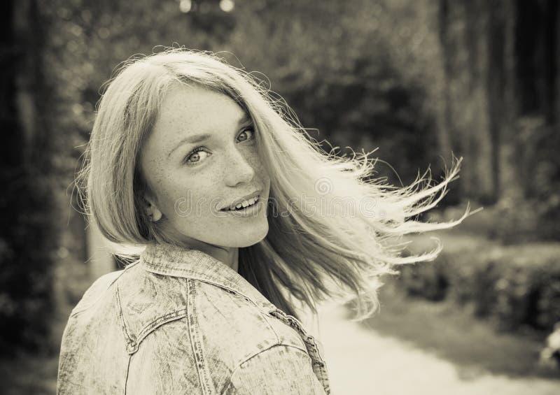 Belle jeune femme dehors photo stock