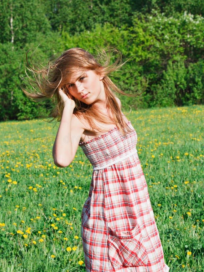 Belle jeune femme dehors images libres de droits