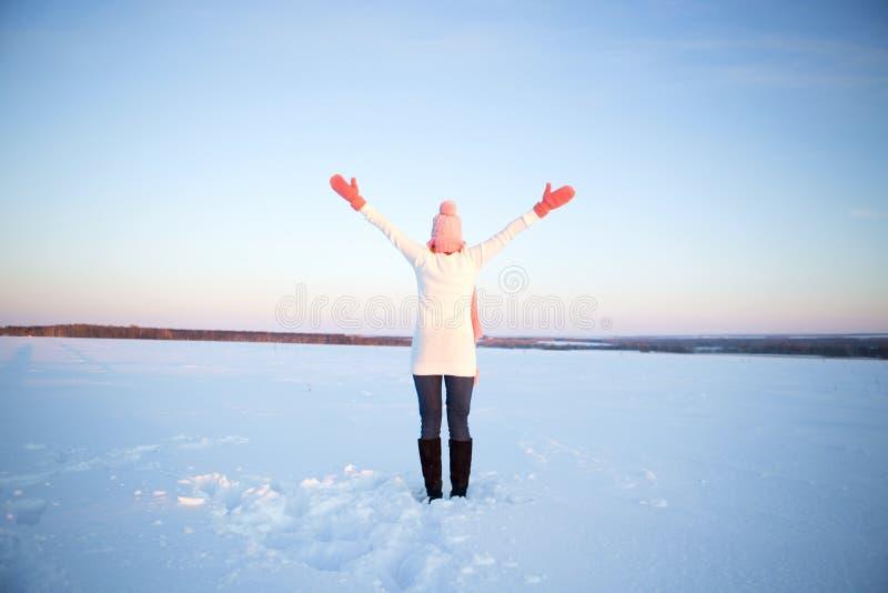 Belle jeune femme en bonne santé respirant l'air frais photo stock