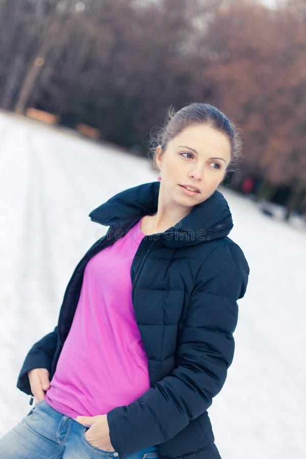 Belle jeune femme en hiver image stock
