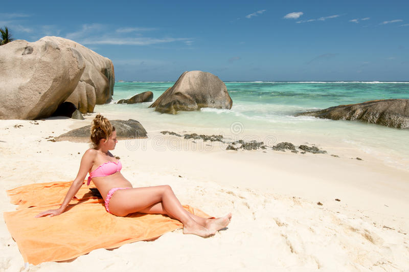 Belle jeune femme en plage tropicale des Seychelles images libres de droits