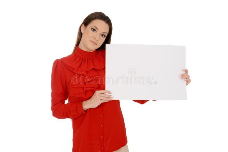 Belle jeune femme en rouge tenant les morceaux de papier vides photos stock