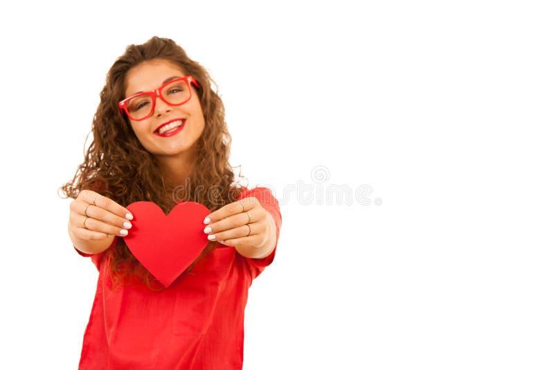 Belle jeune femme en rouge tenant un coeur pour le jour de valentines photos libres de droits