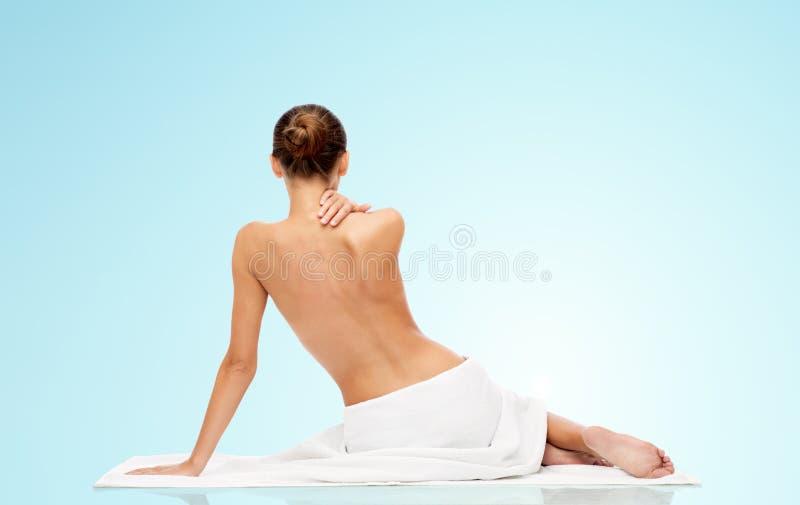Belle jeune femme en serviette blanche avec le dessus nu photographie stock libre de droits