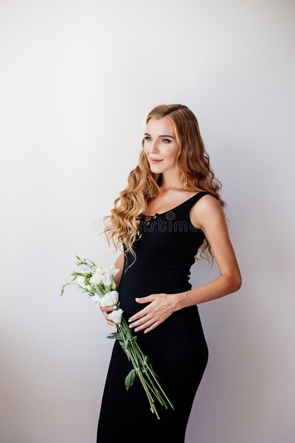 Belle jeune femme enceinte photo stock