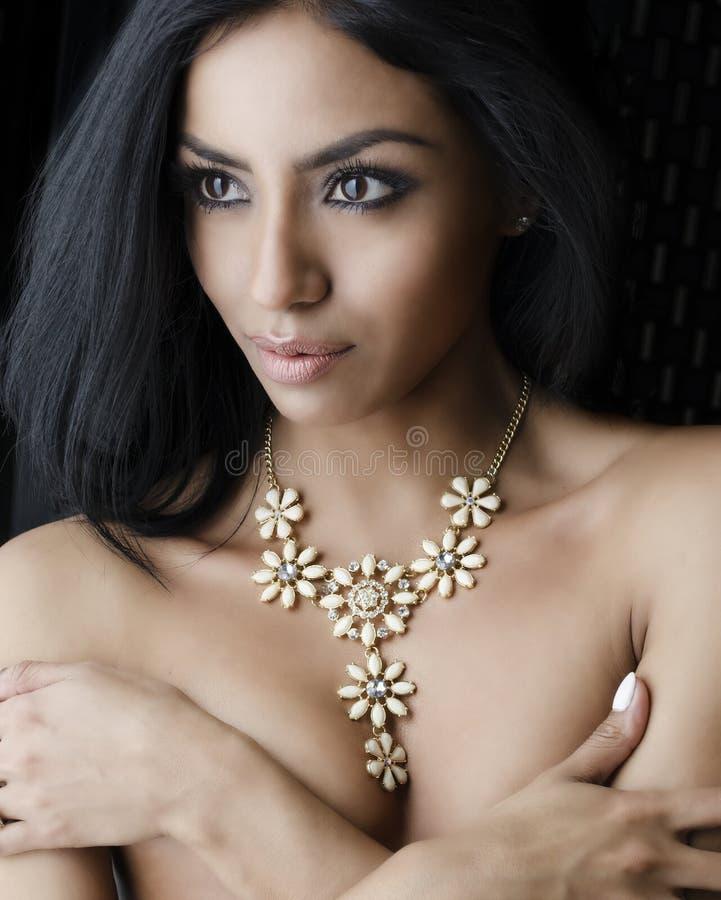 Belle jeune femme exotique sensuelle images stock