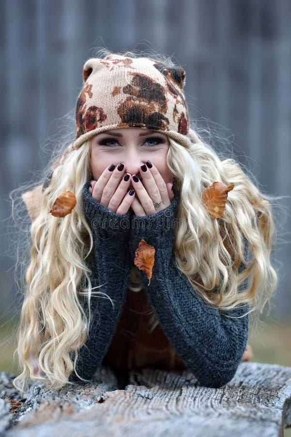 Download Belle Jeune Femme Extérieure Le Jour D'automne Photo stock - Image du forêt, femelle: 56483474