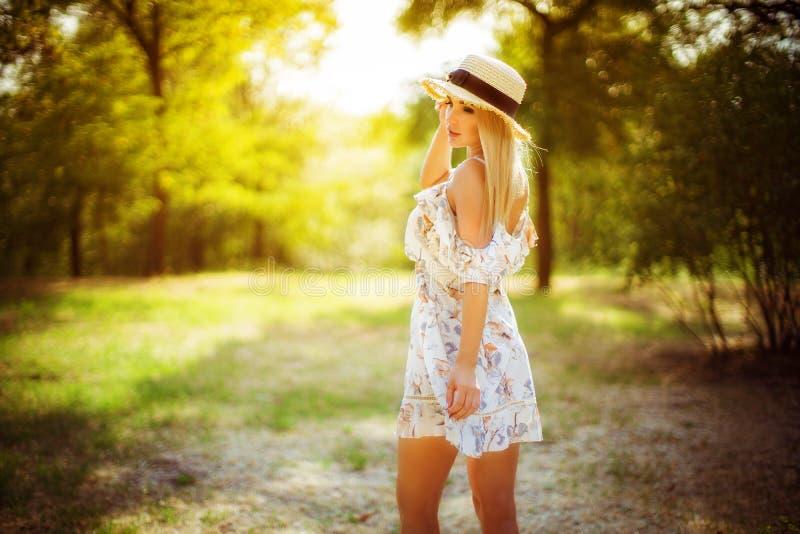 Belle jeune femme extérieure un jour d'été image libre de droits