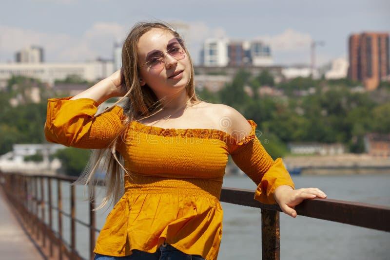 Belle jeune femme ext?rieure Appr?ciez la nature Parc de sourire sain de fille au printemps photographie stock libre de droits