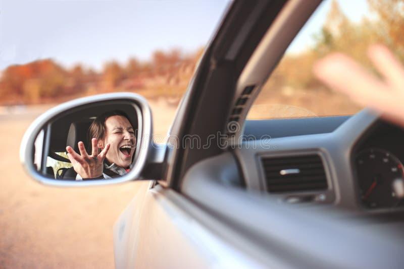 Belle jeune femme fâchée criant dans sa voiture photos libres de droits