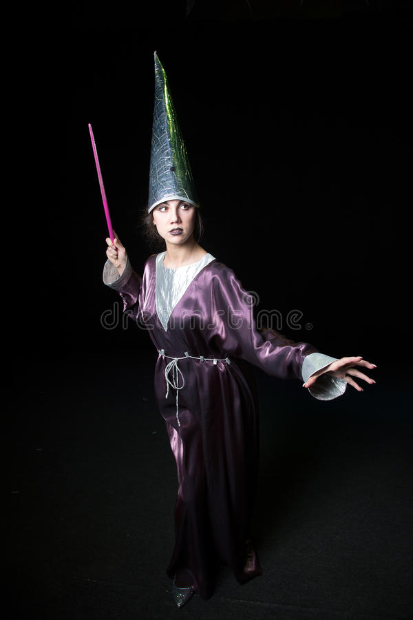 Belle jeune femme faisant la magie photo stock