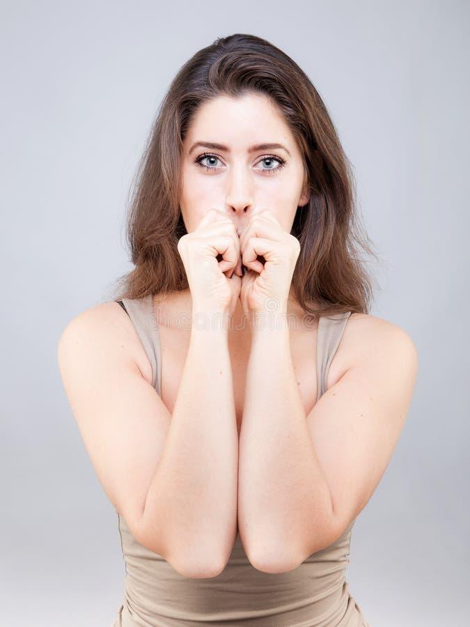 Belle jeune femme faisant la pose de yoga de visage photos stock