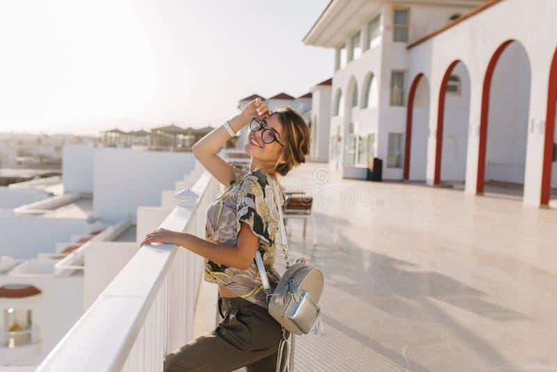 Belle jeune femme, fille les vacances, vacances, sur la station de vacances, appréciant la vue, coucher du soleil près de l'hôtel images stock