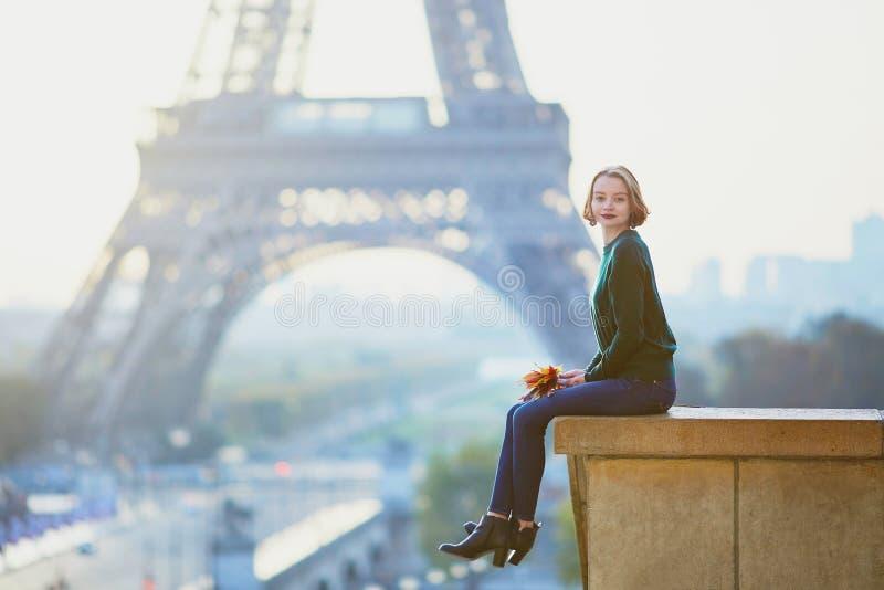 Belle jeune femme française près de Tour Eiffel à Paris photos stock