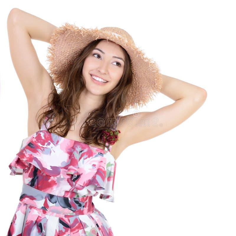 Belle jeune femme gaie dans l'?t? sarafan et le chapeau de paille o photo stock