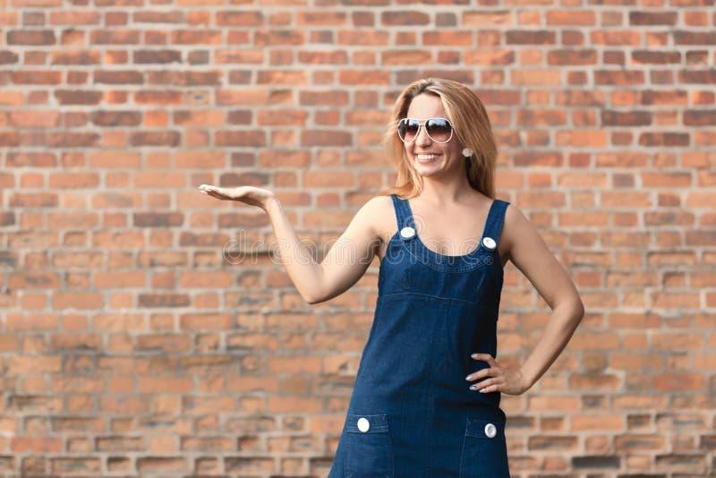 Belle jeune femme gaie et heureuse en été dans la ville foyer, tache floue photo libre de droits