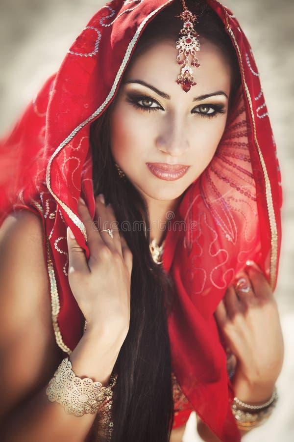 Beau bellydancer indien de femme. Jeune mariée Arabe images stock