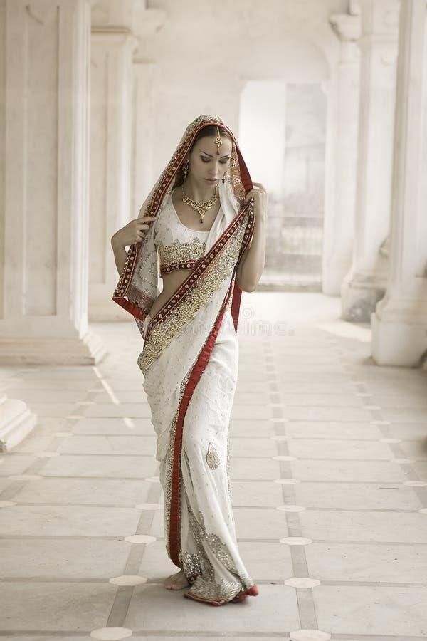 Belle jeune femme indienne dans l'habillement traditionnel avec nuptiale photos stock