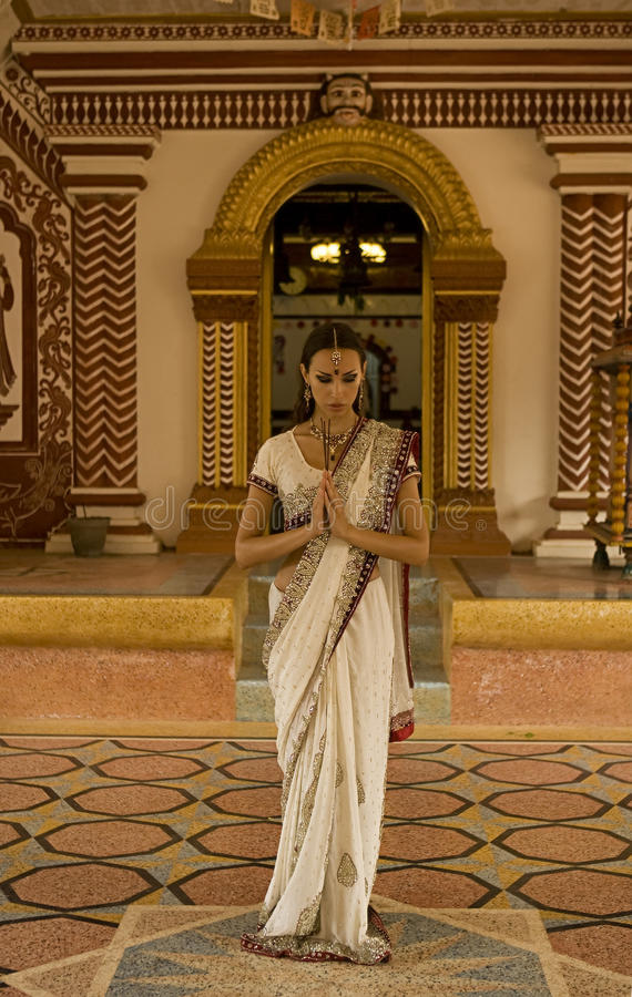 Belle jeune femme indienne dans l'habillement traditionnel avec nuptiale photo stock