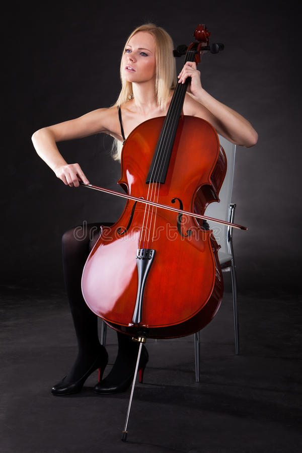 Belle jeune femme jouant le violoncelle photos libres de droits