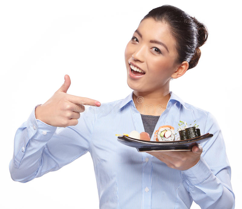 Belle jeune femme mangeant des sushi. photographie stock