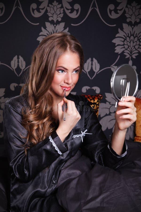 Belle jeune femme mettant le maquillage photo libre de droits