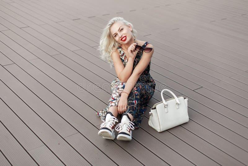 Belle jeune femme modèle drôle avec les lèvres rouges photo stock