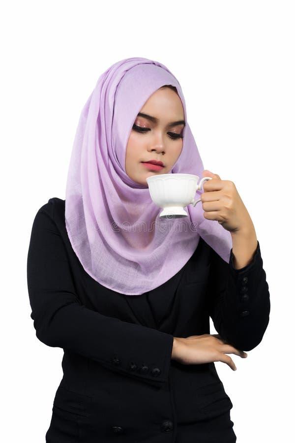 Belle jeune femme musulmane asiatique moderne d'affaires tenant une tasse de café blanc photos stock