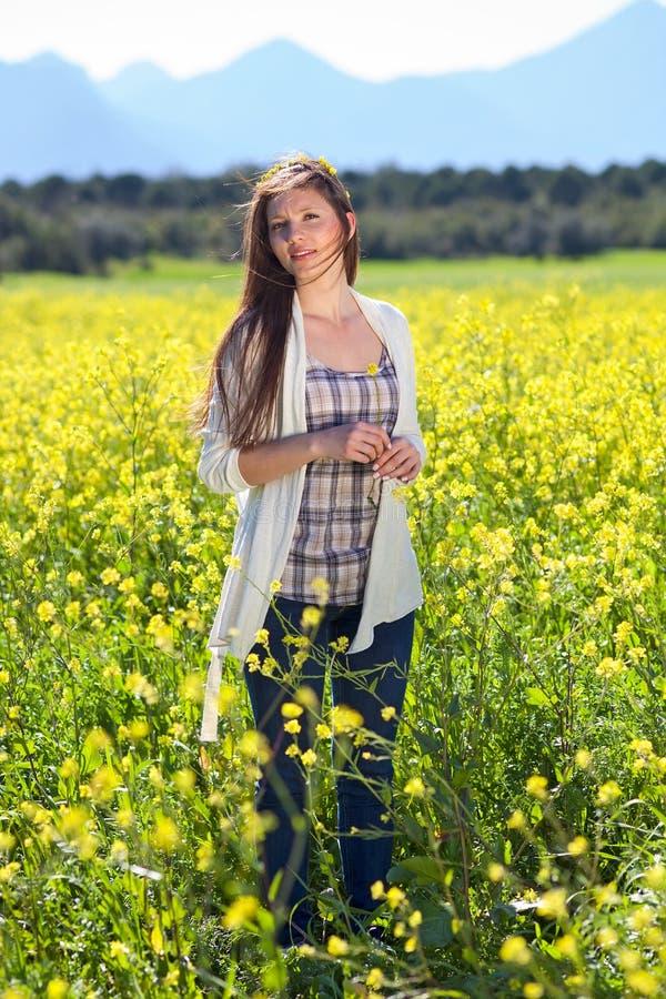 Belle jeune femme naturelle dans le pays photos libres de droits
