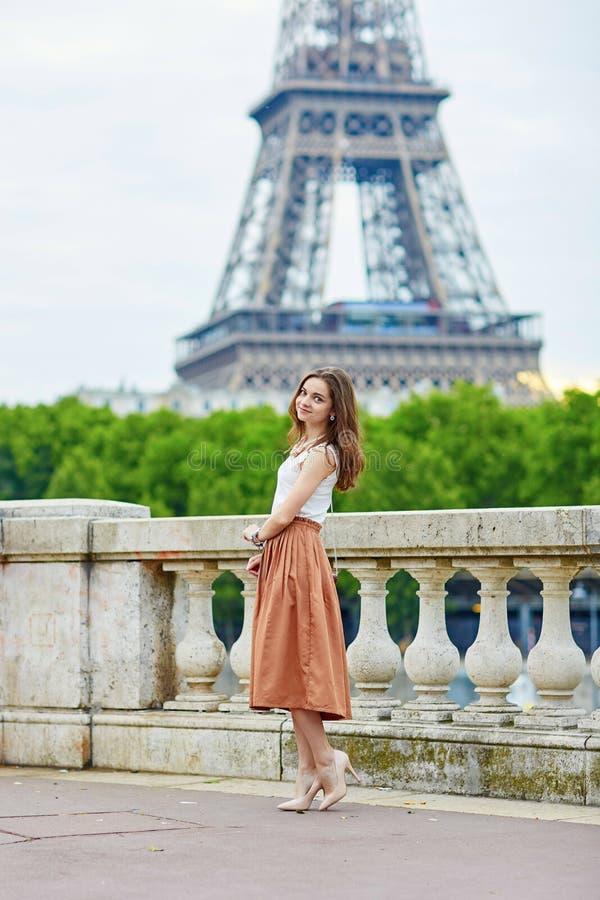 Belle jeune femme parisienne près de Tour Eiffel image stock