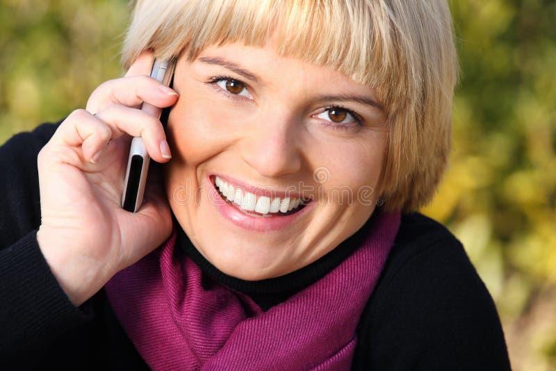 Belle jeune femme parlant au téléphone photographie stock