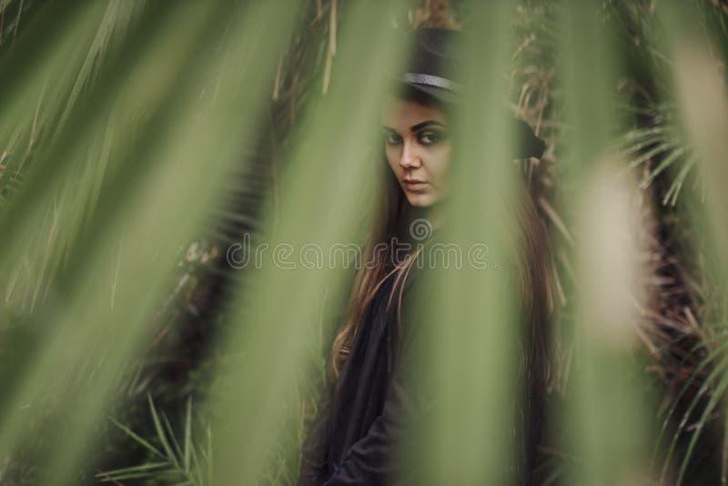 Belle jeune femme parmi les plantes tropicales Vacances tropiques Projectile de mode photos stock