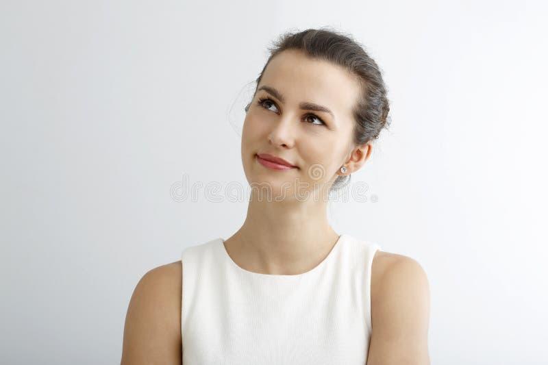 Belle jeune femme pensant, d'isolement sur le fond blanc photo libre de droits