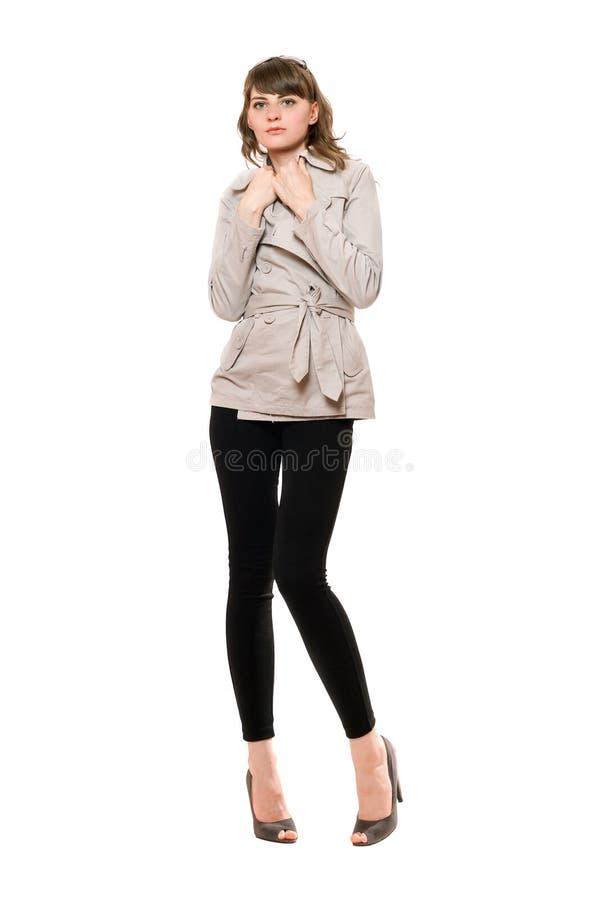Belle jeune femme portant un manteau photographie stock libre de droits