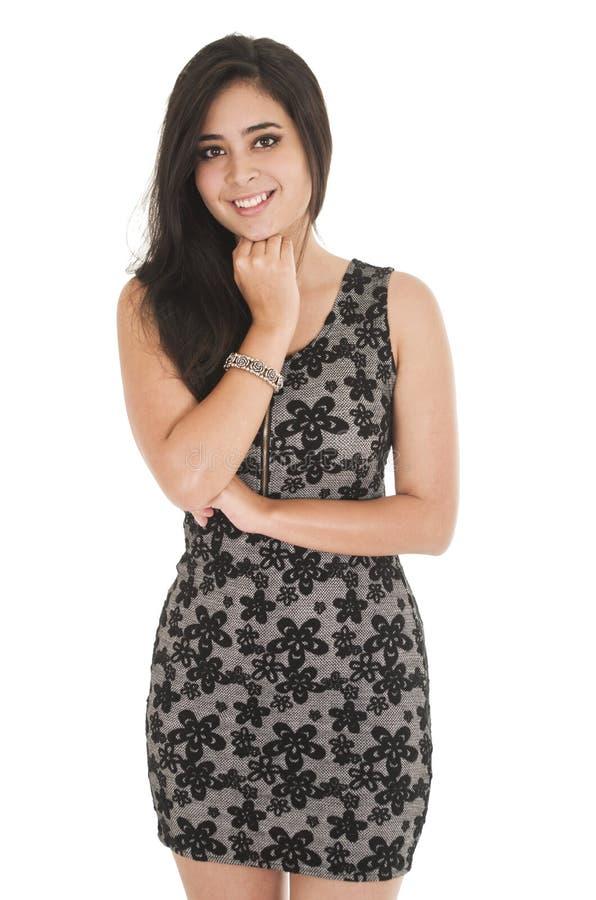 Belle jeune femme portant une robe peu noire image stock
