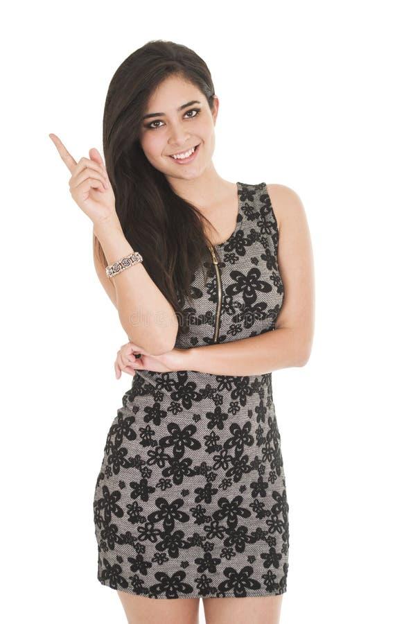Belle jeune femme portant une robe peu noire photo stock