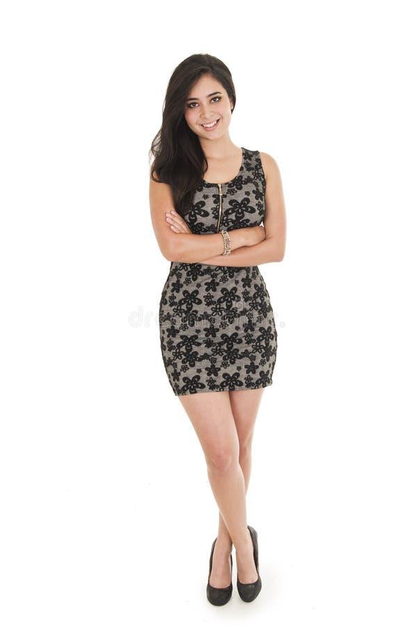 Belle jeune femme portant une robe peu noire photographie stock libre de droits