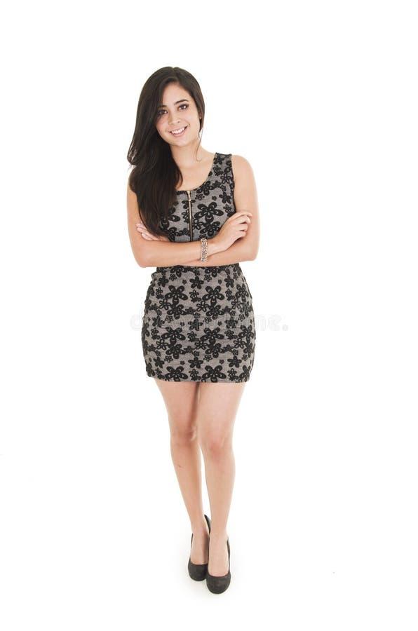 Belle jeune femme portant une robe peu noire photos libres de droits