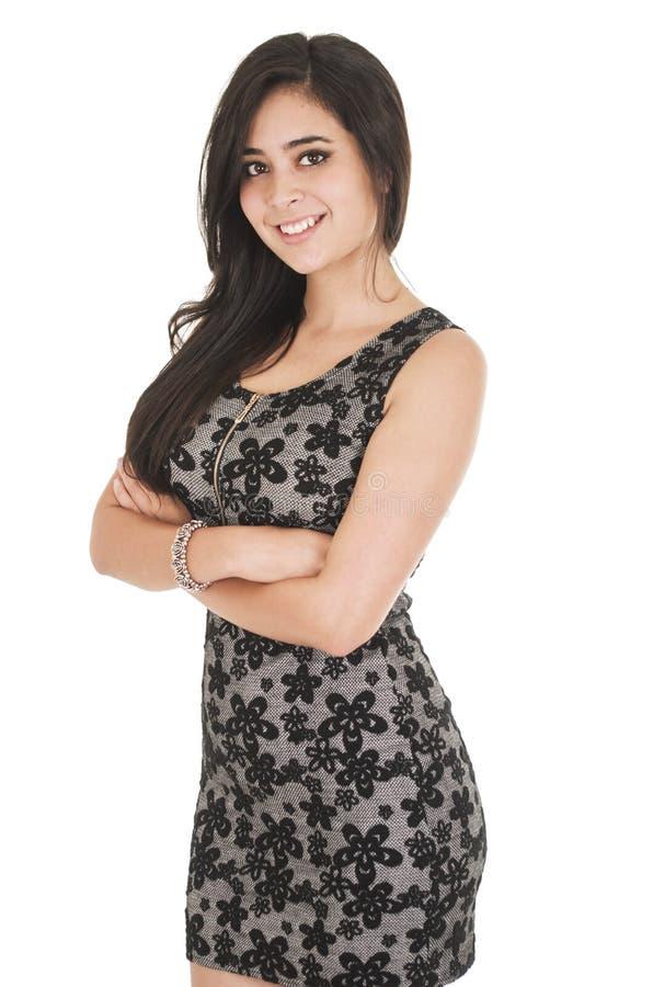 Belle jeune femme portant une robe peu noire image libre de droits