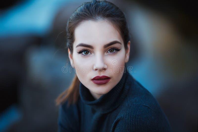 Belle jeune femme Portrait extérieur dramatique de femelle sensuelle de brune avec de longs cheveux Fille triste et sérieuse image libre de droits