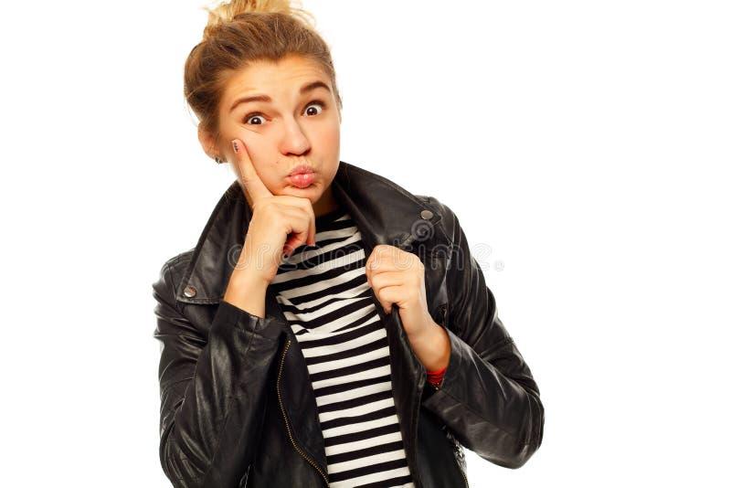 Belle jeune femme posant dans la veste en cuir noire au-dessus du blanc images stock