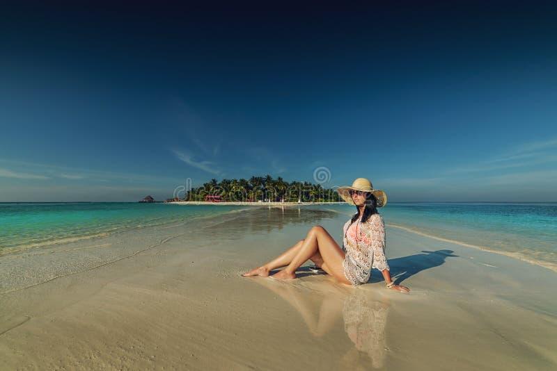 Belle jeune femme posant sur la plage blanche, beau paysage avec la femme en Maldives, paradis tropical photo stock