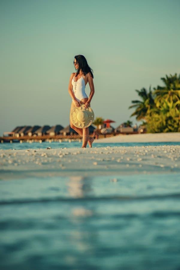 Belle jeune femme posant sur la plage blanche, beau paysage avec la femme en Maldives, paradis tropical images libres de droits