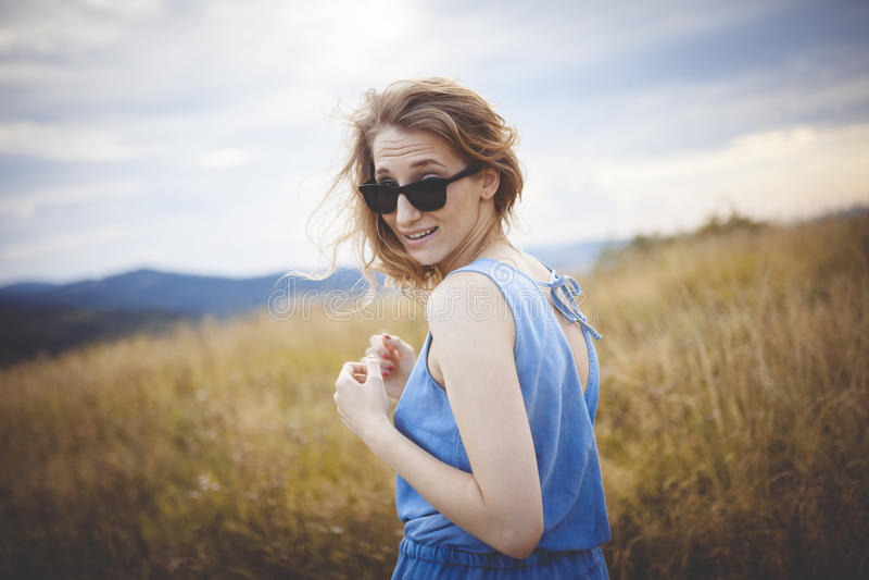 Belle jeune femme posant sur un pré photo libre de droits