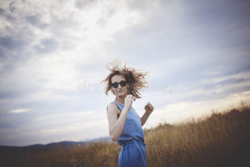 Belle jeune femme posant sur un pré image libre de droits
