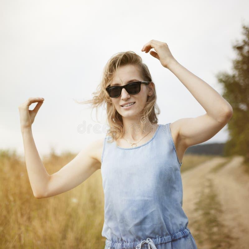 Belle jeune femme posant sur un pré photos libres de droits